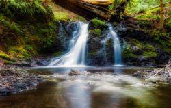 Una cascada de agua