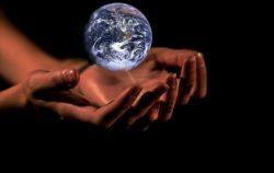 Manos que sostienen el planeta